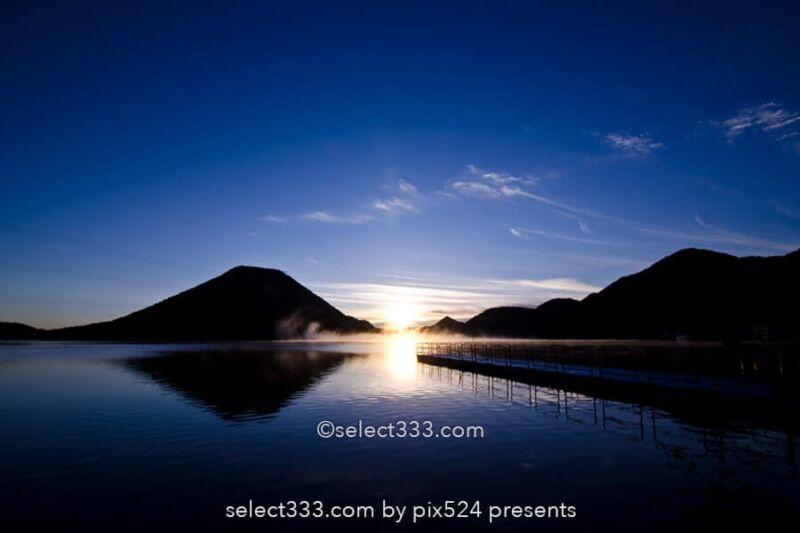 榛名山・榛名湖の日の出!湖面に映る榛名富士の薄明と朝焼け!群馬県の絶景地