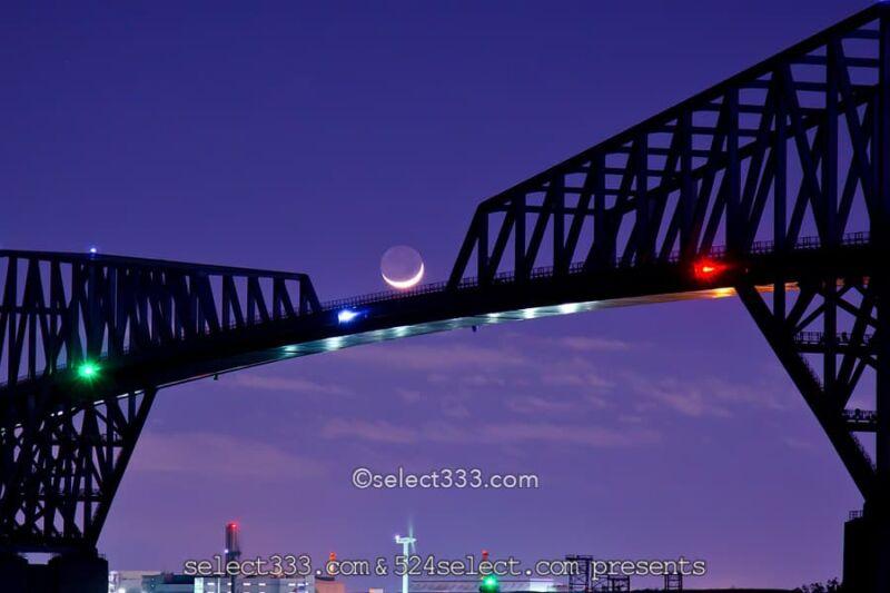 地球照の撮影!地球の光が月に届く幻想的な細い月の撮り方は?月蝕のような月の姿